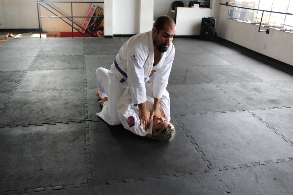 Krav magá usa técnicas para fuga de estrangulamento (Foto: Jheniffer Núbia )