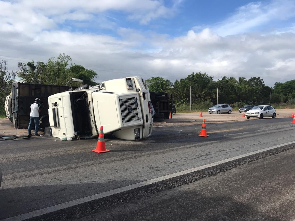 Carreta tombou na Reta Tabajara, na região metropolitana de Natal — Foto: Kleber Teixeira/Inter TV Cabugi