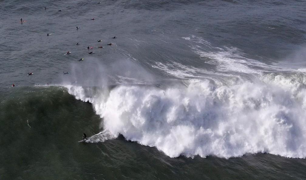 Surfista aproveita uma onda em Half Moon Bay, na Califórnia, na segunda-feira (17)  — Foto: Ezra Shaw / Getty Images América do Norte / AFP