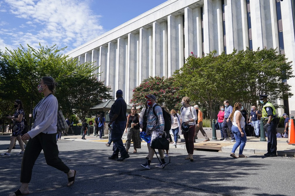 Pessoas são evacuadas do James Madison Memorial Building, um edifício da Biblioteca do Congresso dos EUA, devido a uma ameaça de bomba ativa em Washington DC em 19 de agosto de 2021 — Foto: Alex Brandon/AP