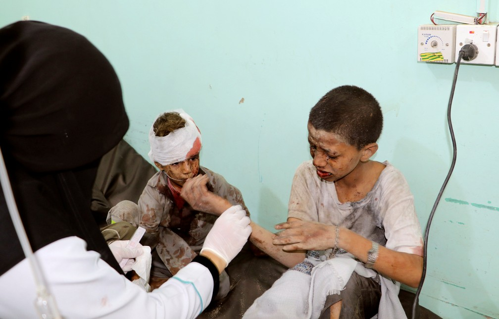 Crianças feridas em ataque desta quinta-feira (9) em Saada, no Iêmen, são atendidas em hospital (Foto: Naif Rahma/Reuters)