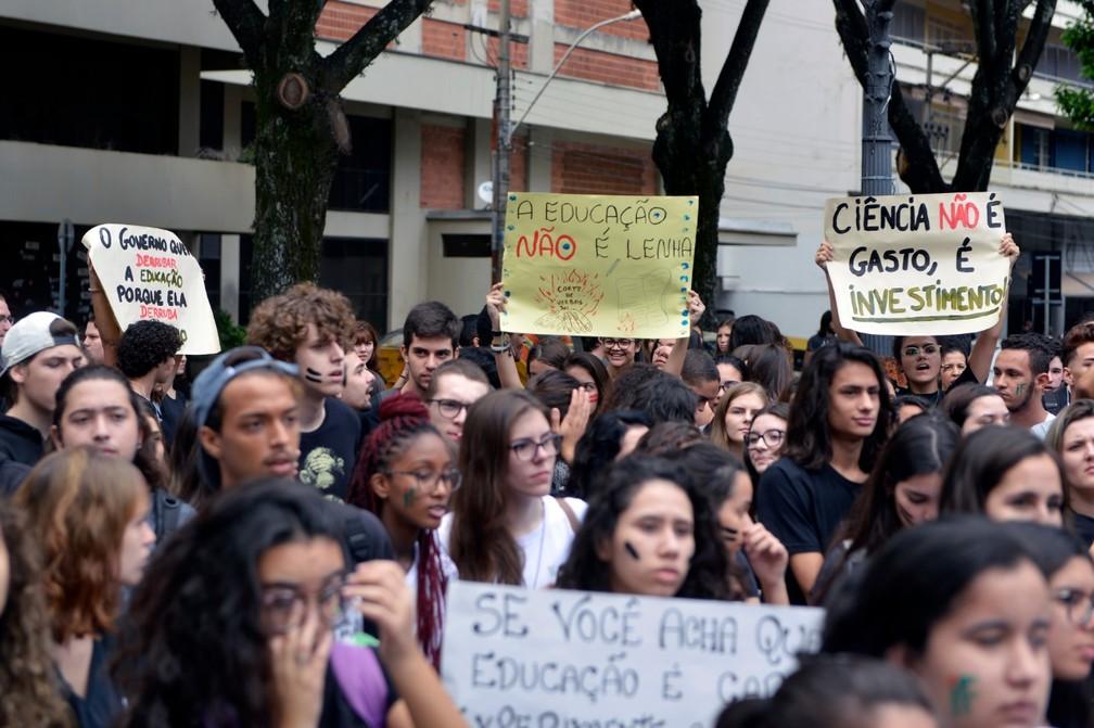 Piracicaba - Manifestantes se reúnem para protestar contra o bloqueio de verbas para educação — Foto: Sidney Júnior/Arquivo pessoal
