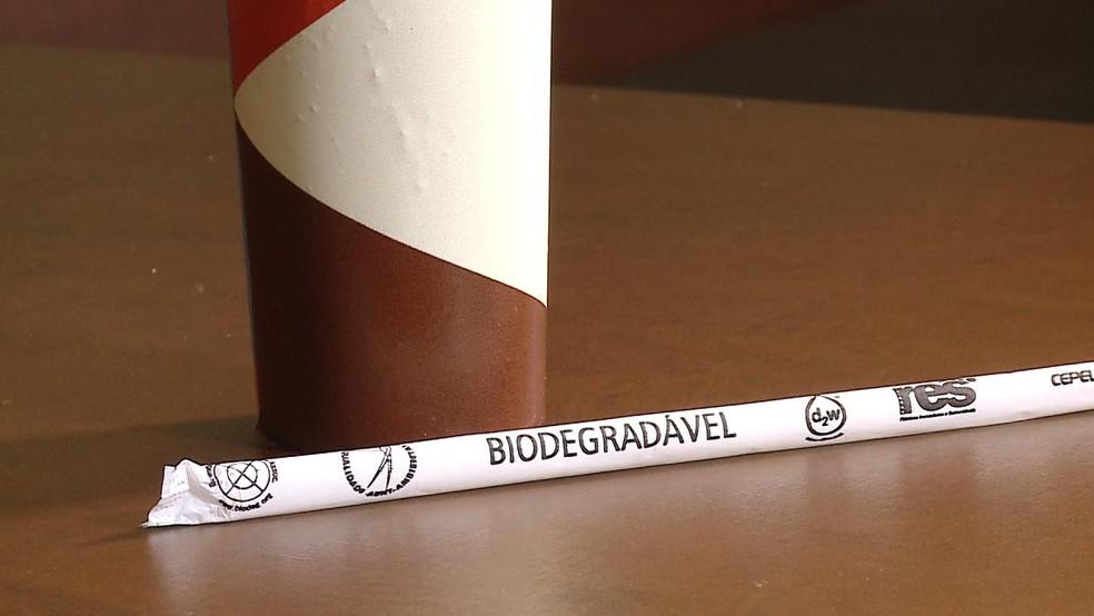 Canudos de material biodegradável são a opção para os comerciantes e ambulantes de Rio Grande a partir desta sexta-feira (17) — Foto: Reprodução/RBS TV