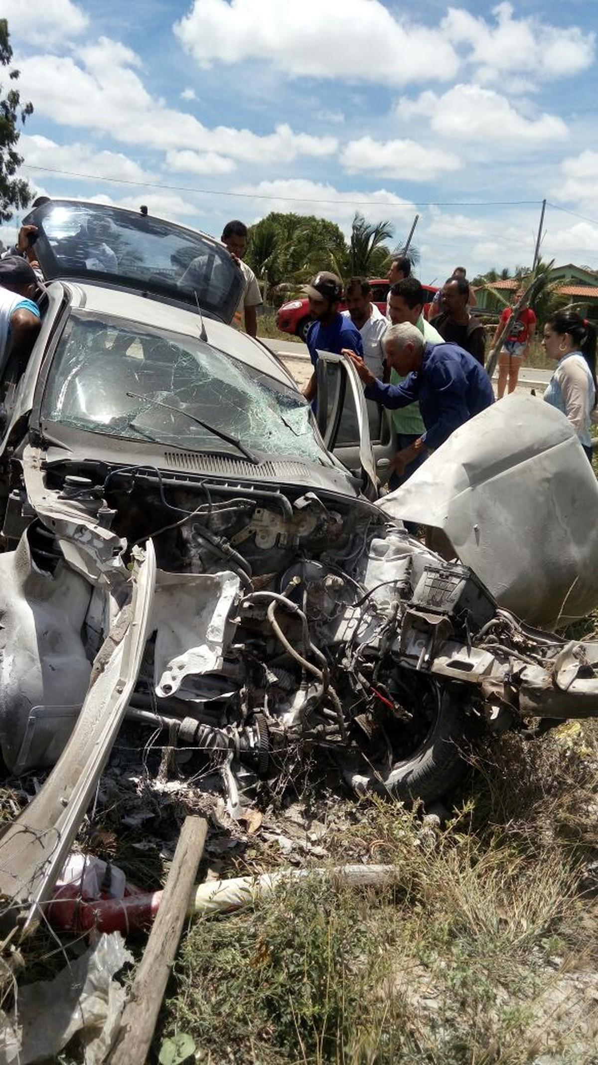 Homem morre após perder controle de veículo e bater em árvore em Caetés