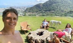 Marcio Garcia mora no Joá, no Rio, com a mulher, Andrea, e os quatro filhos, Pedro (18), Nina (16), Felipe (12) e João (7) | Reprodução