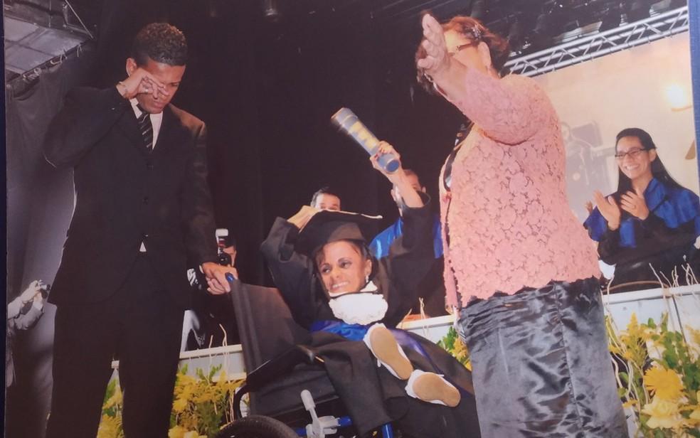 Ao lado de mãe e afilhado, Glady se formou em psicologia (Foto: Juliana Almirante/ G1)