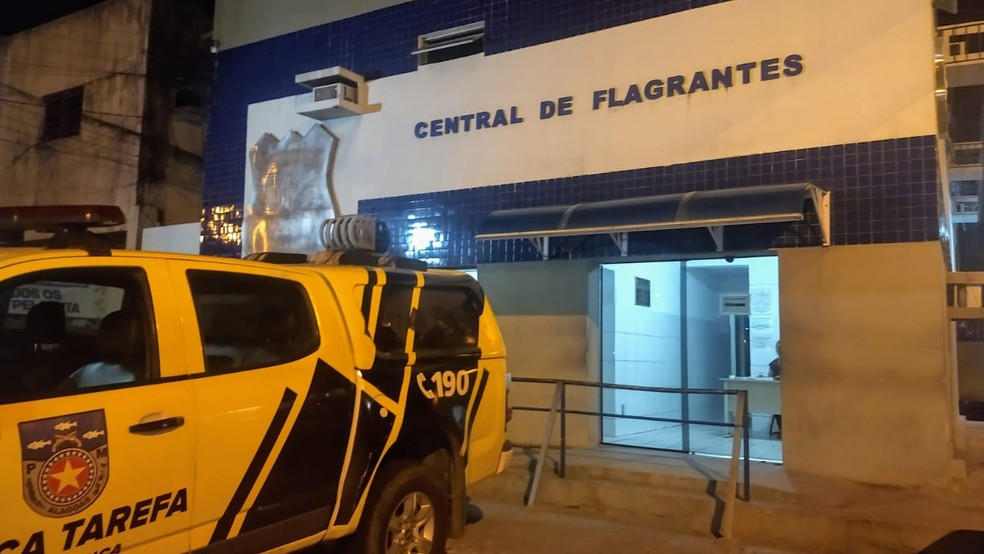 Mulher foi levada para a Central de Flagrantes I, em Maceió — Foto: Matheus Tenório/G1