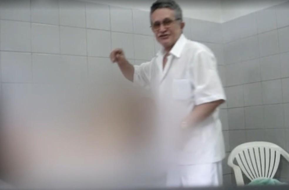 Mulheres afirmam que médico costumava pôr a boca nos seis delas; para Associação Médica Brasileira, o procedimento se trata 'claramente' de abuso — Foto: Reprodução