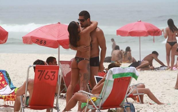 Ex BBB Yuri e João Mauricio curtem praia bem acompanhados e Yuri beija muito em dia de sol na Barra (Foto: Clayton Militão / Foto Rio News)