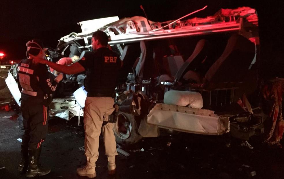 Três passageiros da van morreram e outros três ficaram feridos — Foto: Edivaldo Braga/Blogbraga