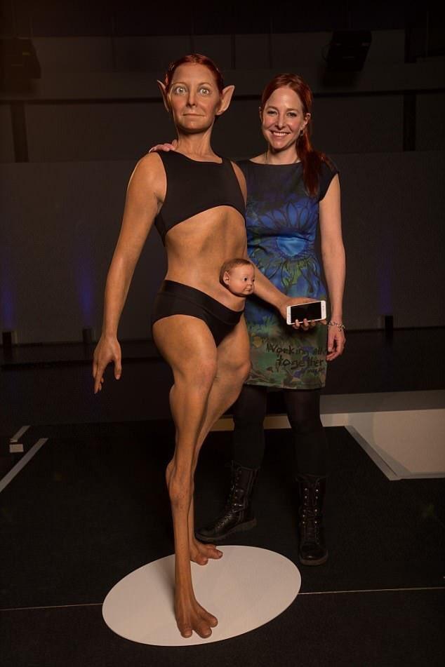 A criatura e a criadora: modelo de super-humano com a cientista Alice Roberts (Foto: Reprodução/Twitter)