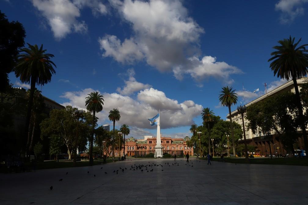Praça de Maio em Buenos Aires fica vazia nesta quinta-feira (19) em meio à epidemia do novo coronavírus na Argentina — Foto: Matias Baglietto/Reuters