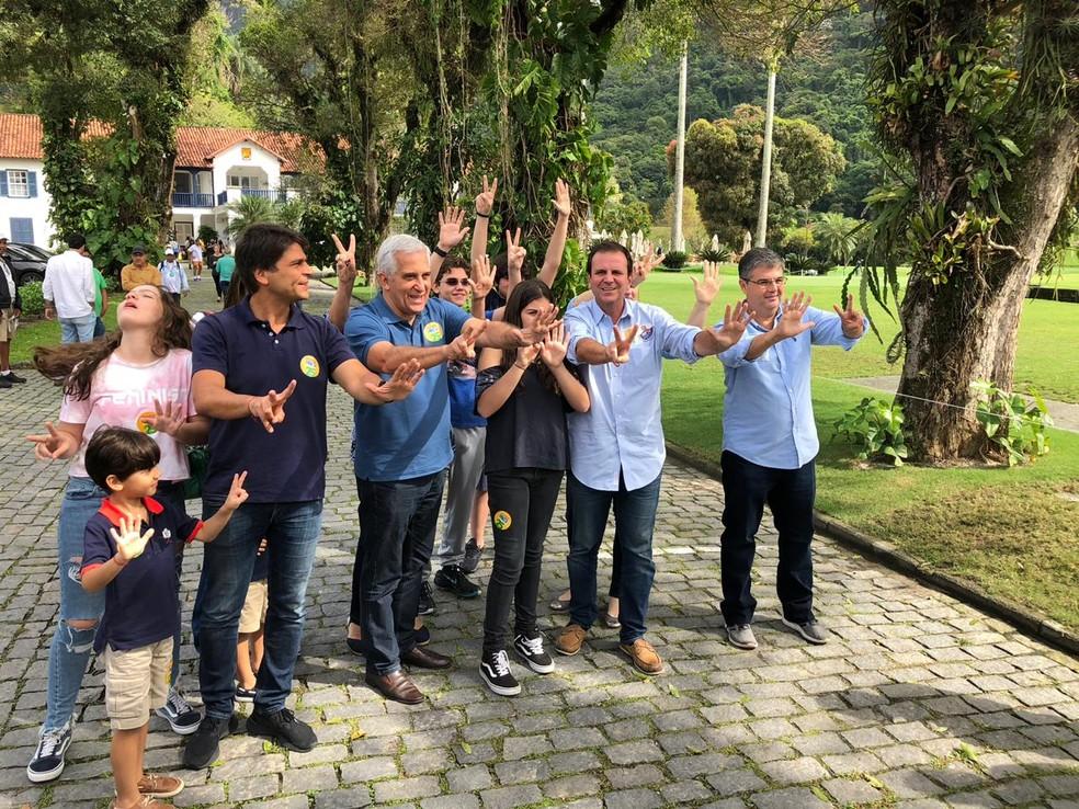 Eduardo Paes votou em seção eleitoral na Zona Sul do Rio de Janeiro — Foto: Carlos Brito / G1