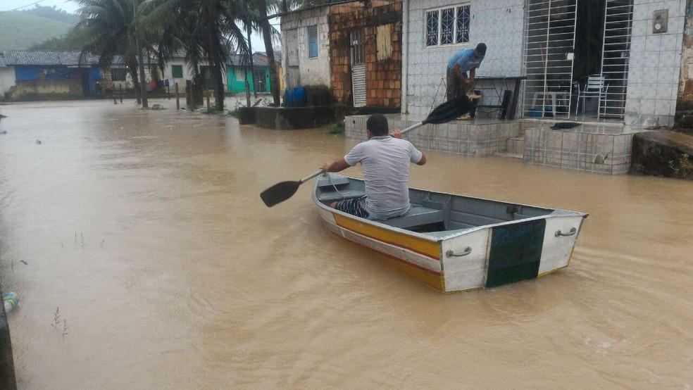 Em Ribeirão, na Mata Sul de Pernambuco, ruas ficaram alagadas por causa das fortes chuvas (Foto: Everaldo Santos/TV Globo)