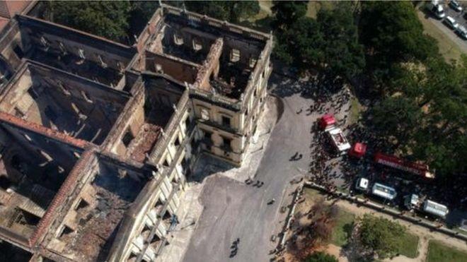 Fogo consumiu local que preservava itens raros e também abrigava trabalhos de pesquisa (Foto: AFP via BBC)