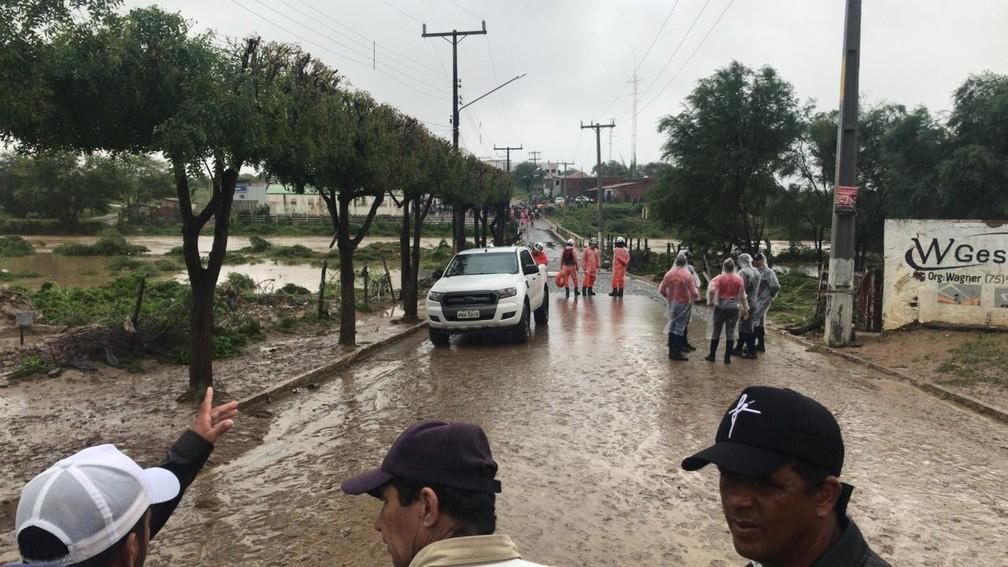 Após ponte ficar submersa, bombeiros isolaram área na Bahia — Foto: Alan Tiago Alves/G1