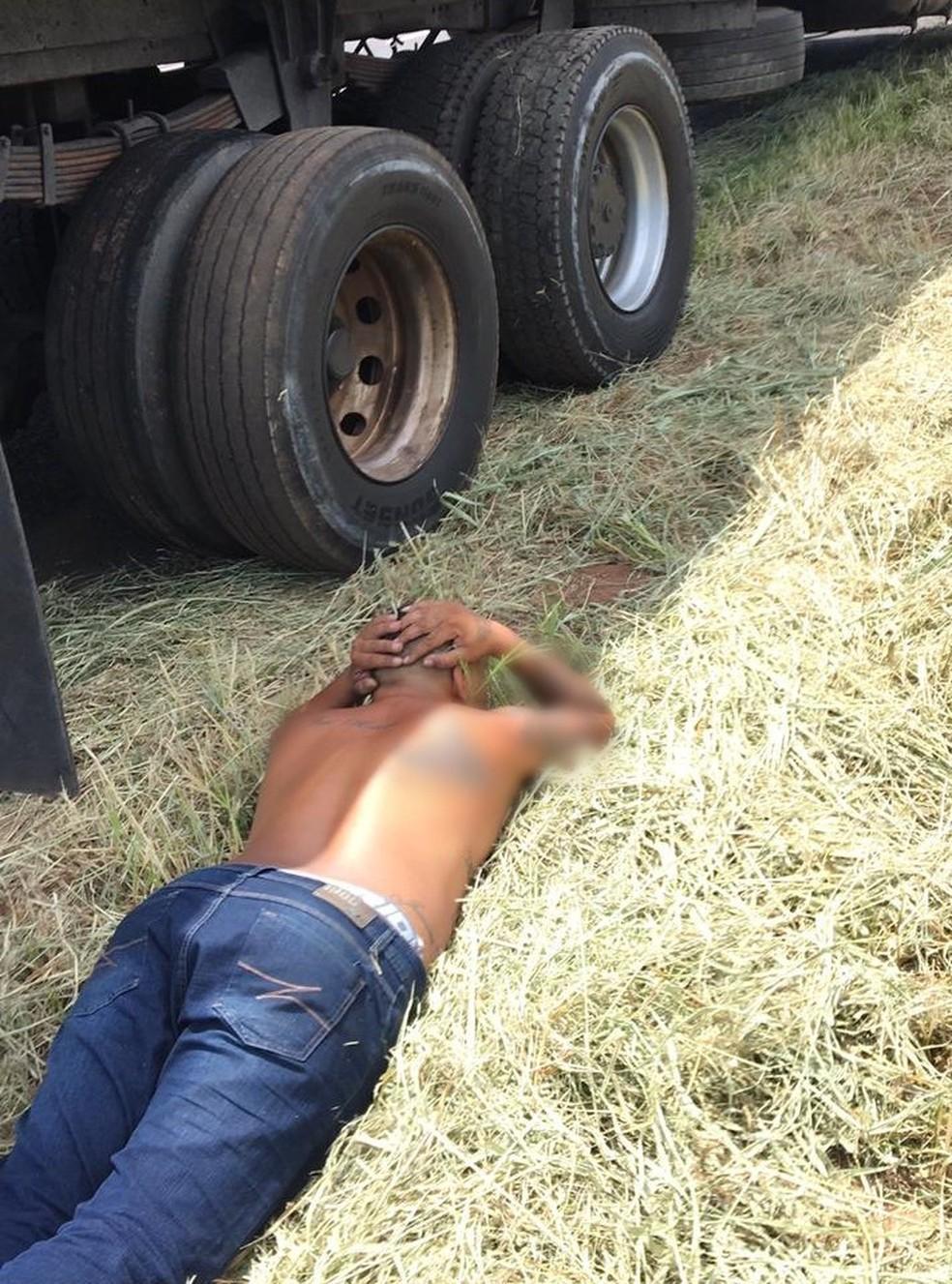 Suspeito que dirigia o caminhão precisou ser imobilizado até a chegada das viaturas de apoio — Foto: J. Serafim/Divulgação