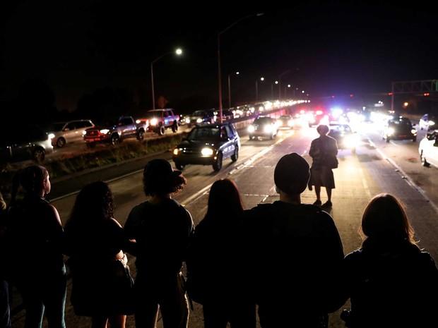 Manifestantes interrompem tráfego na Interestadual 580 em protesto contra a eleição de Donald Trump na noite de quinta-feira (10) (Foto: Stephen Lam/ Reuters)