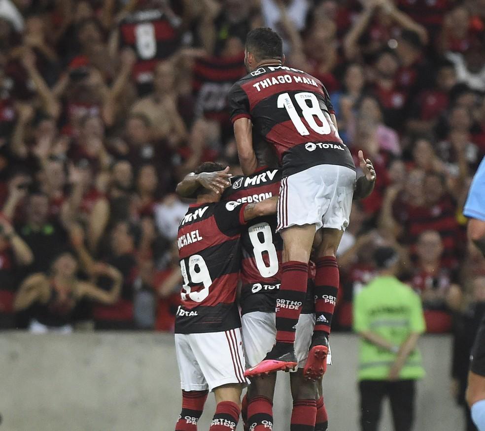 Gerson comemora o segundo gol na partida (o terceiro do Flamengo) junto com Michael e Thiago Maia — Foto: André Durão/GloboEsporte.com