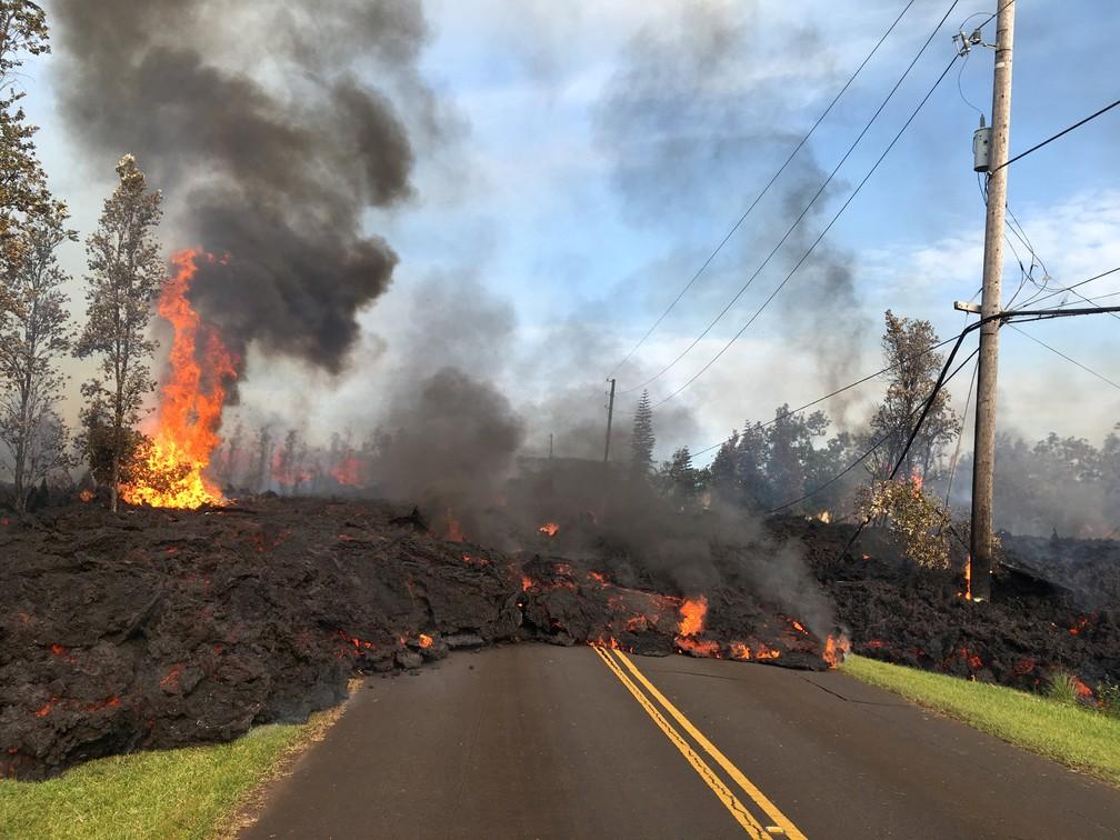 Lava avança ao longo de uma rua perto de uma rachadura causada pelo vulcão Kilauea em Leilani Estates, no Havaí (Foto: Geological Survey/Handout via REUTERS)