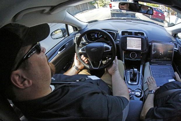 Em imagem feita nesta segunda-feira (12) em Pittsburgh, na Pensilvânia, Estados Unidos, o motorista de segurança do Uber Zachary Rearick leva um jornalista para um teste em uma viagem carro que pode operar sem motonista; serviço tem previsão de começar nesta quarta-feira (14) (Foto: Gene J. Puskar/AP)