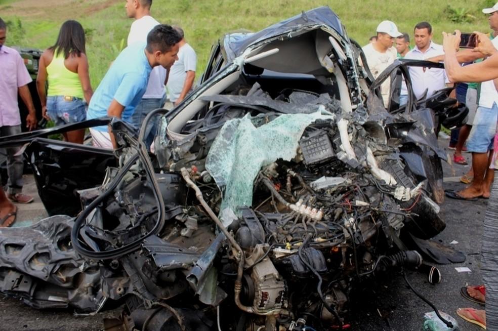 Veículo ficou destruído após colidir contra caminhonete na BR-101, no interior de Alagoas (Foto: Luzamir Carneiro/JG Notícias)