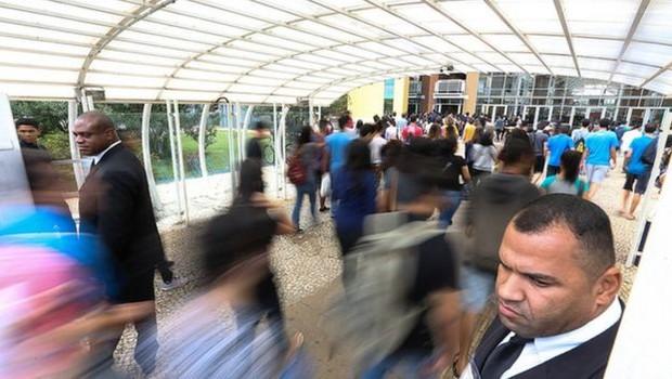 Alunos entrando em escola para prova do Enem; pensar matematicamente ajuda não só na prova, mas em toda a vida profissional (Foto: Agência Brasil via BBC)