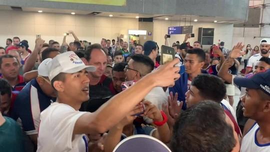 "Aos gritos de ""Fica, Rogério"", elenco do Fortaleza desembarca com festa no aeroporto"