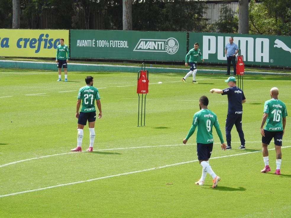 Mano Menezes orienta posicionamento dos atacantes do Palmeiras — Foto: Felipe Zito