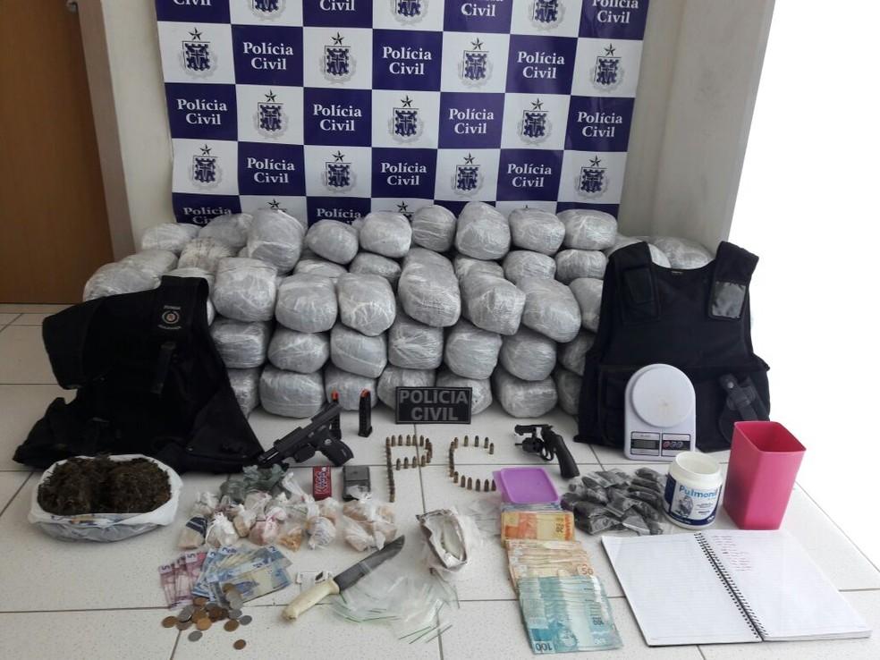 Mulher foi presa com 105 kg de maconha, armas e coletes antibalísticos (Foto: Polícia Civil/ Divulgação)