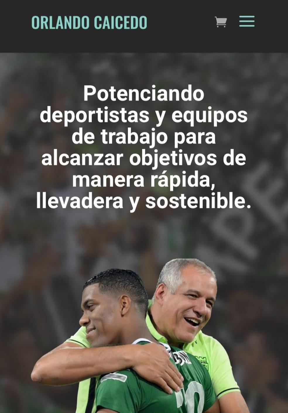 Em seu site, Caicedo aparece abraçando Berrío nos tempos de Atlético Nacional (Foto: Reprodução)