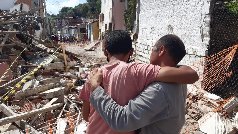 Parentes choram mortes de familiares em Mãe Luiza, na Zona Leste de Natal — Foto: Sérgio Henrique Santos/Inter TV Cabugi
