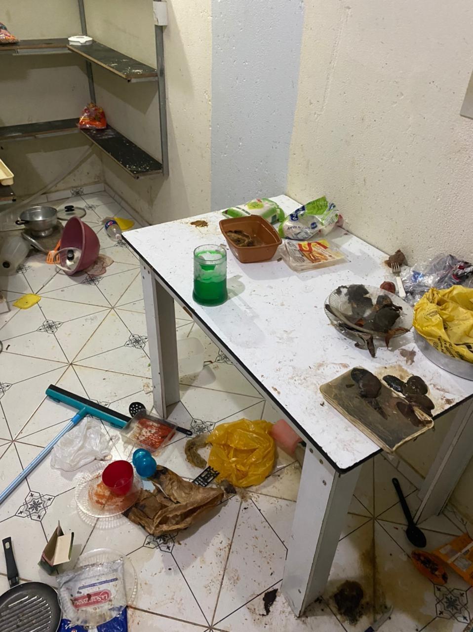 Crianças abandonadas em casa são resgatadas em meio a sujeira e alimentos podres em Arapiraca