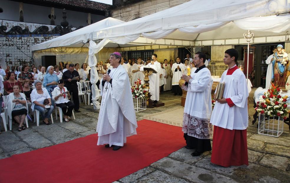 Dom Aldo Pagotto celebra missa na Igreja São Francisco, em João Pessoa, um mês antes de renunciar ao cargo de arcebispo — Foto: Daniel Peixoto/G1/Arquivo