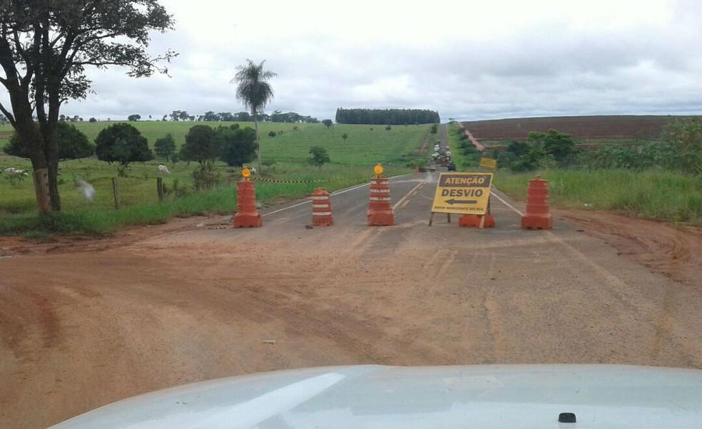 Desvio foi criado para escoar produção agrícola depois da cratera na MS-475 (Foto: Agesul/Divulgação)