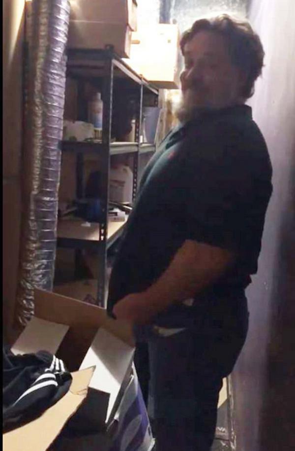 O ator Russell Crowe tentanto colocar um jeans antigo (Foto: Instagram)
