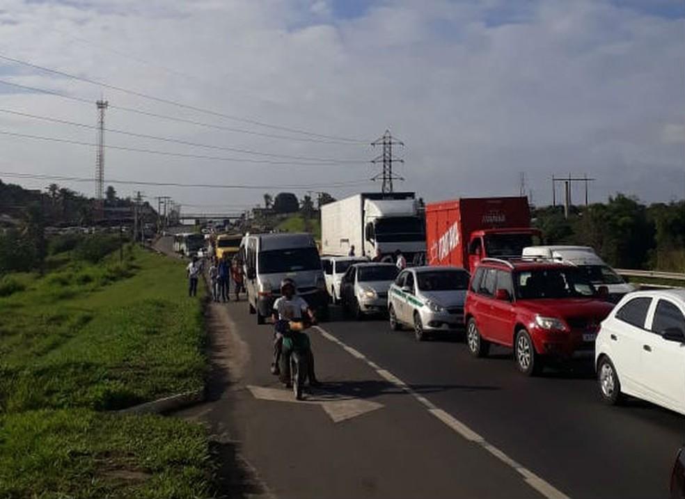 Por conta da manifestação, o trânsito está lento no local.  — Foto: Concessionária Bahia Norte