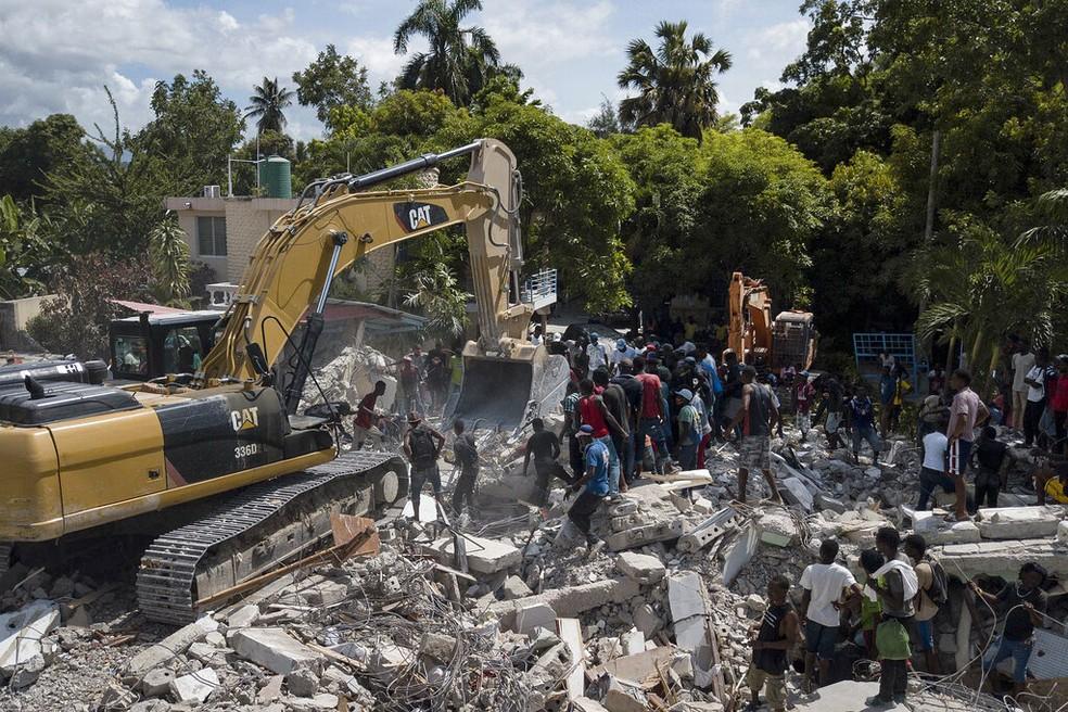 Destroços de um hotel na cidade de Les Cayes, no Haiti, em 16 de agosto de 2021 — Foto: Matias Delacroix/Ap