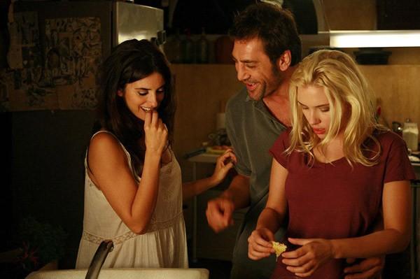 Scarlett Johansson, Penelope Cruz and Javier Bardem in a scene from Vicky Cristina Barcelona (2008) photo: reproduction)