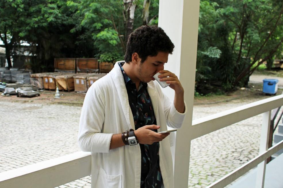 João Vitor Silva toma um cafezinho antes de gravar na cidade cenográfica (Foto: TV Globo)