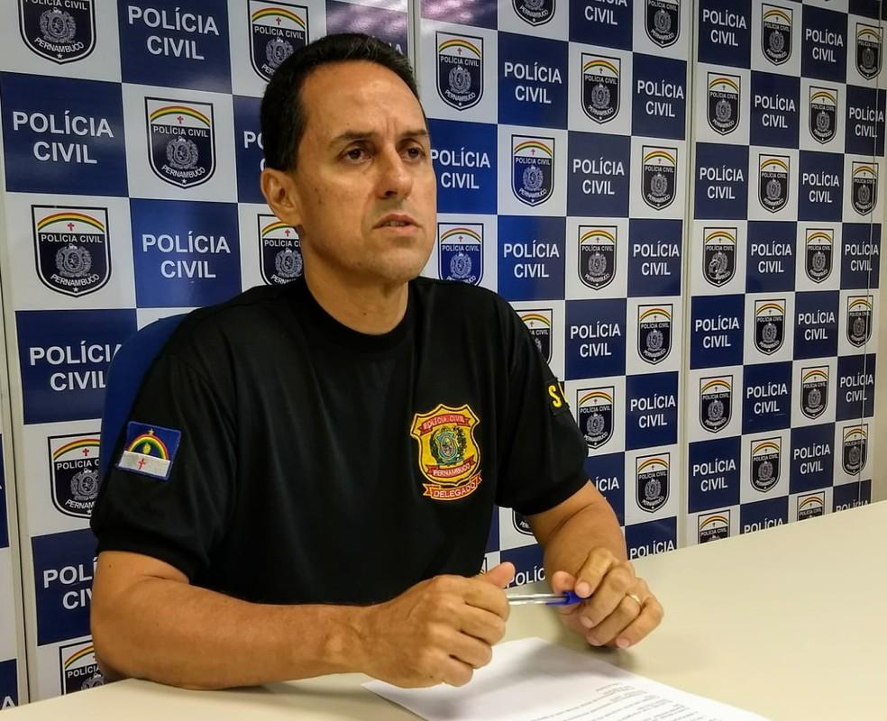 Delegado Neslon Souto disse que o esquema envolvia pagamento a servidores comissionados na Câmara de Vereadores do Cabo de Santo Agostinho, no Grande Recife — Foto: Polícia Civil/Divulgação