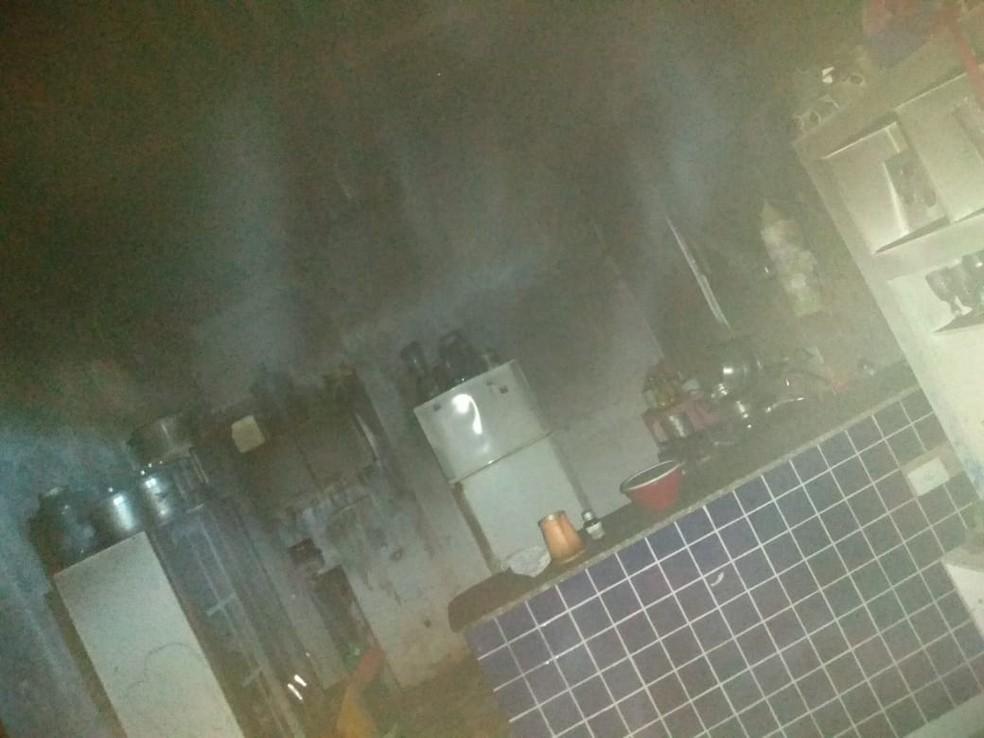 Móveis e eletrodomésticos ficam destruídos após homem atear fogo em casa em SP — Foto: G1 Santos