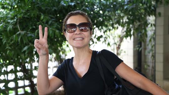 Adriana Esteves chega sem maquiagem e brinca: 'Falaram que eu seria a única a não vir pronta'