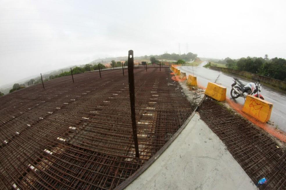 Obras foram retomadas em agosto de 2017 visando concluir o Viaduto V2, que teve o serviço de implantação abandonado pelo consórcio construtor contratado (Foto: Marlon Costa/Pernambuco Press)