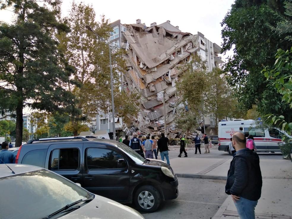 Parte de prédio desabou na cidade de Izmir, na Turquia, após um forte terremoto atingir o Mar Egeu nesta sexta-feira (30) — Foto: Tuncay Dersinlioglu/Reuters
