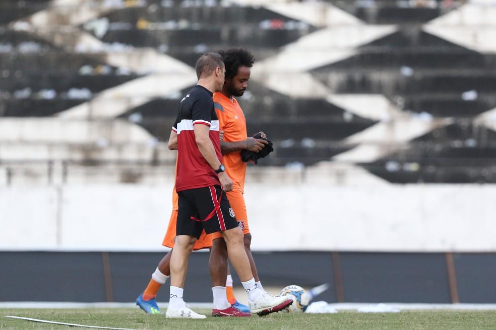 Milton Mendes e Celsinho conversam no Arruda — Foto: Marlon Costa/ Pernambuco Press