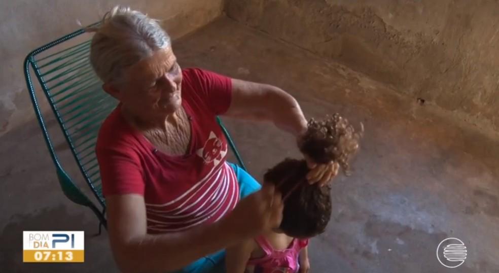 Vó agora cuida das netas depois de sua filha ser assassinada pelo ex-marido  — Foto: Reprodução/TV Clube
