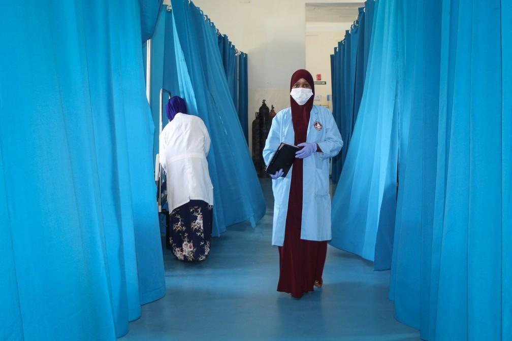 Enfermeira trabalha em ala de hospital com pacientes que se recuperam da Covid-19 em Mogadíscio, na Somália, na quarta-feira (29). — Foto: STR / AFP