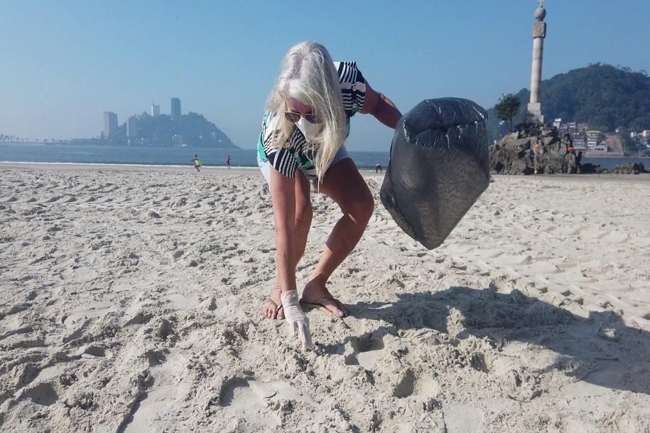 Mutirão recolhe mais de 150 kg de microlixo na faixa de areia em praias de São Vicente, SP