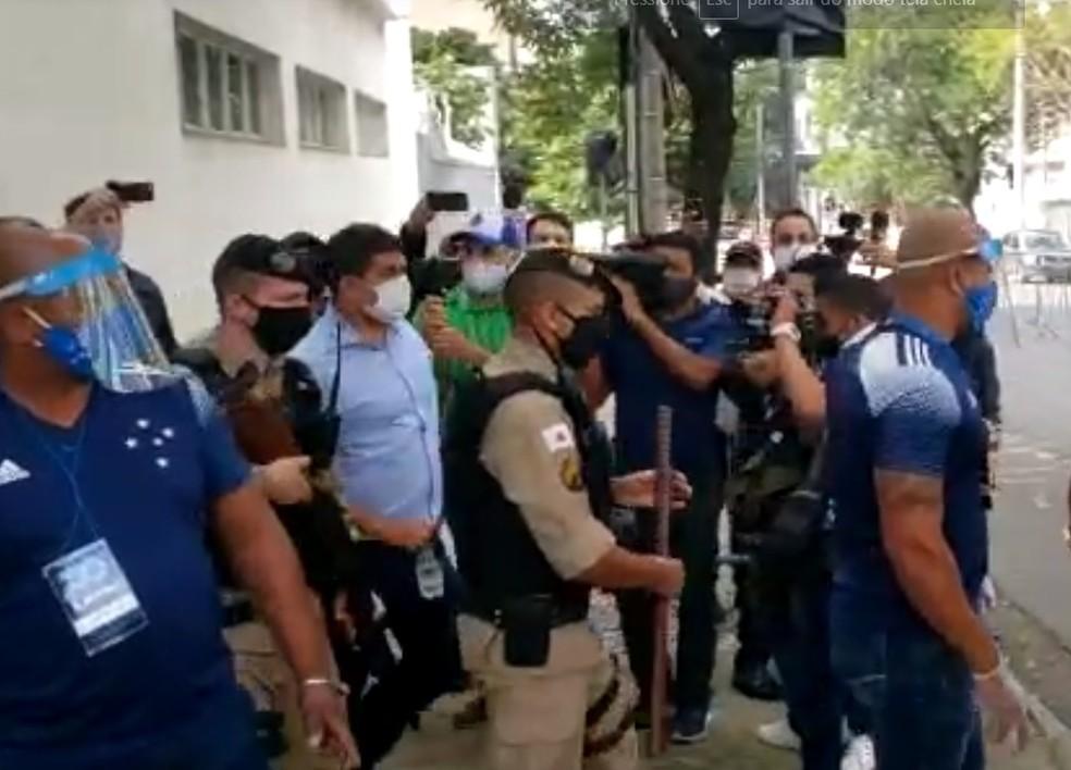 Sérgio Nonato deixa eleição do Cruzeiro sob escolta policial — Foto: Reprodução TV Globo